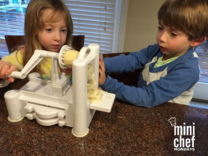 kids using spiralizer